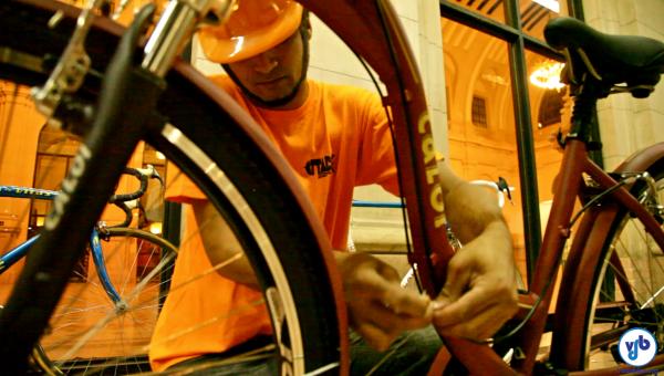 Preparação de uma das bicicletas utilizadas na instalação. A maioria foi emprestada pela Caloi, sendo 24 delas peças de museu. Foto: Rachel Schein