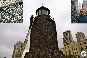 """O """"pesadelo"""" de Eduardo Srur. No detalhe, os ratos antes de serem aplicados à torre. À direita, o artista ao lado da obra. Fotos: Rachel Schein"""