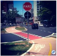 """Placa de """"pare"""" na ciclovia da Av. Faria Lima prioriza o tráfego de automóveis. Foto: Rachel Schein"""