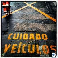 Sinalização invertida, pedindo ao pedestre que tome cuidado com os veículos. Foto: Rachel Schein