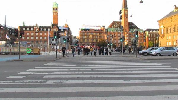O tempo de espera para que o sinal dos pedestres abra nessa avenida em Copenhagen é de apenas 40 segundos. Há então 30 segundos para a travessia. Imagem: Cidades para Pessoas/Reprodução