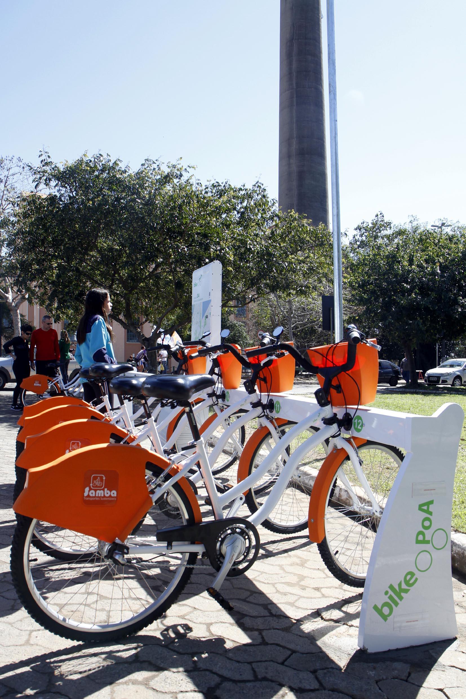Estação de empréstimo de bicicletas do serviço BikePOA: projeto de lei quer obrigar fornecimento de capacete. Foto: Ivo Gonçalves/PMPA