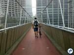 Trabalhador cruza a passarela de acesso na Vila Olímpia, indo para o trabalho no início da manhã. Mas a volta pela ciclovia nem sempre é possível.