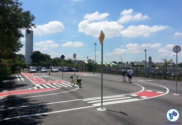 Perceba no lado direito a placa indicando compartilhamento de bicicletas com pedestres, solução que pode ser adotada para o uso da calçada em alguns casos.