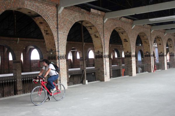 Norton pedala 22km para chegar ao trabalho, no Centro Cultural Ação da Cidadania, no Rio de Janeiro. Na foto, ele pedala dentro do prédio, que tem 180 anos. Foto enviada por Norton Tavares.