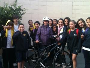 Priscila é professora de inglês no Colégio Educare, em São Bernardo do Campo (SP). Seus alunos sempre vão recebê-la quando chega de bicicleta. Foto enviada por ela no Dia De Bike ao Trabalho de 2013.