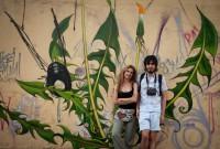 Mona Caron e Antônio de Paula, em frente a uma de suas obras nas ruas de Porto Alegre. Foto: Arquivo Pessoal