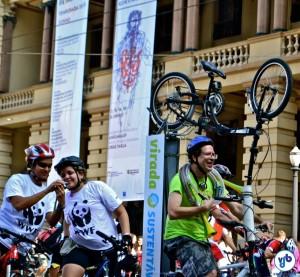 A Cyclophonica ajudou a animar a pedalada. Ao fundo, o Teatro Municipal. Foto: Rachel Schein