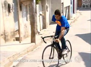 Aos poucos, David retoma as atividades das quais sempre gostou - entre elas, andar de bicicleta. Imagem: Record/Reprodução
