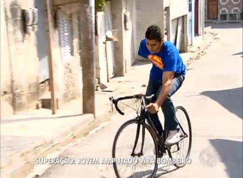 Aos poucos, David retoma as atividades das quais sempre gostou - entre elas, andar de bicicleta. Imagem: TV Record/Reprodução