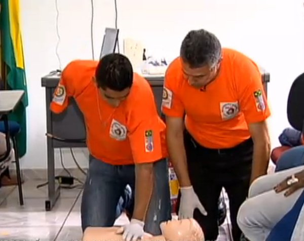 David dos Santos Souza pretende se formar como bombeiro civil profissional em três meses. Imagem: Record/Reprodução