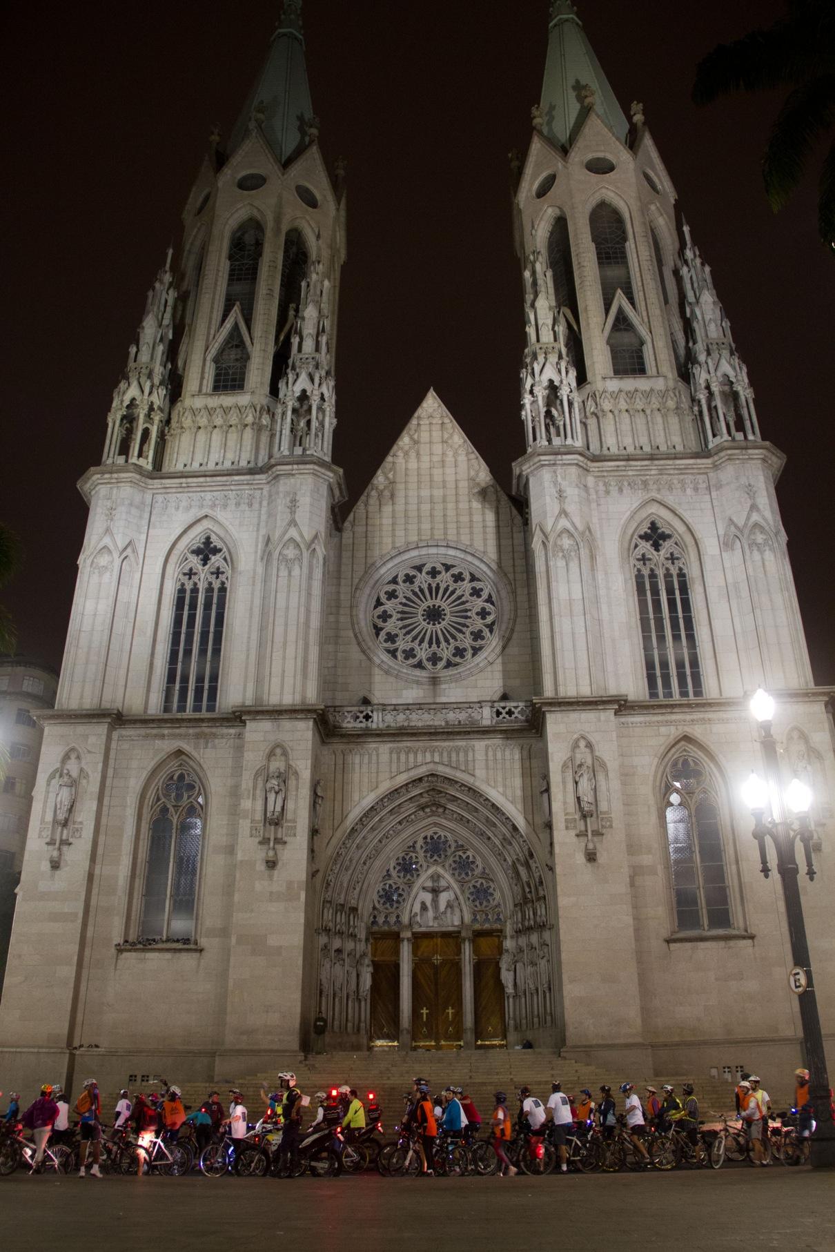 A catedral da Sé é um dos pontos por onde passarão as bicicletas. Na foto, a pedalada realizada pelo WWF-Brasil e coordenada pelo Vá de Bike, durante a Hora do Planeta, na noite de 23 de março. Foto: Julio Vilela/WWF-Brasil