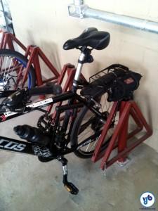 """Quando o bicicletário for do tipo """"entorta roda"""", tente parar a bicicleta fora dele, apenas apoiada, para evitar prejuízo. Esse modelo favorece esse apoio, mas em certos casos é necessário ter um """"pézinho"""" na bicicleta. Foto: Rachel Schein"""