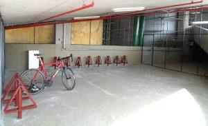 O espaço do bicicletário é amplo, permitindo instalação de novos suportes conforme a demanda aumentar. O local é coberto e fechado por grades. Foto: divulgação