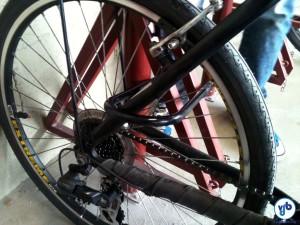 Utilize sempre uma u-lock para prender sua bicicleta. Com uma trava de cabo de aço, prenda a roda dianteira e o selim, caso tenham blocagem para retirada rápida. Foto: Rachel Schein