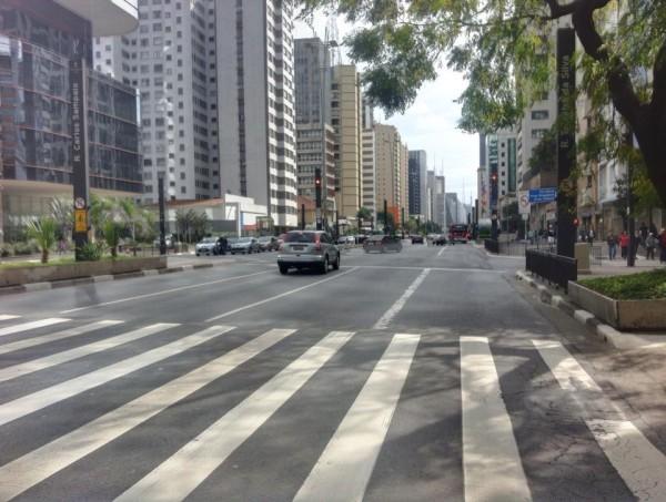 Av. Paulista às 13h: mesmo sem manifestação, foi liberada antecipadamente para os carros e novamente proibida aos ciclistas. Foto: Daniel Guth