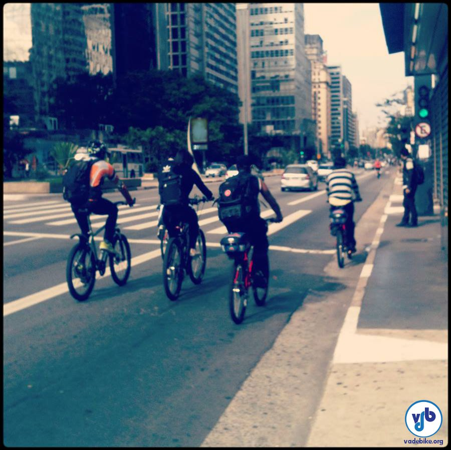 Sem a Ciclofaixa de Lazer, ciclistas ocuparam a faixa do ônibus para conseguir trafegar. Foto: Rachel Schein