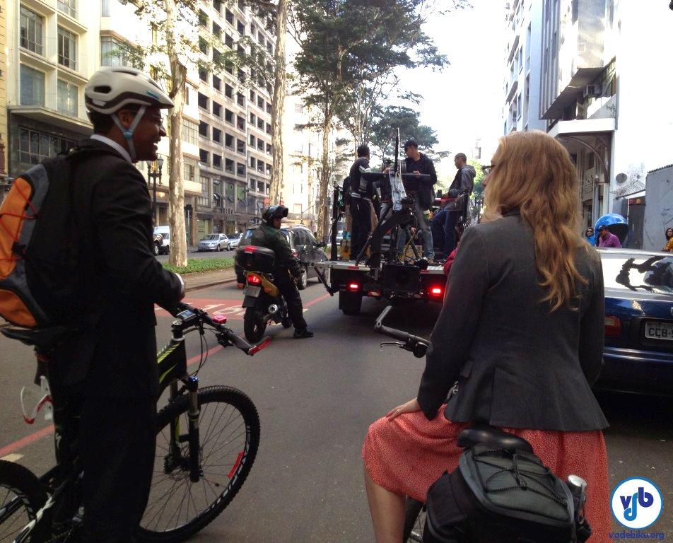 """Dois dos """"personagens"""" da campanha, ciclistas com roupa social mostram que a bicicleta também é usada para ir ao trabalho. Foto: Silvia Ballan"""