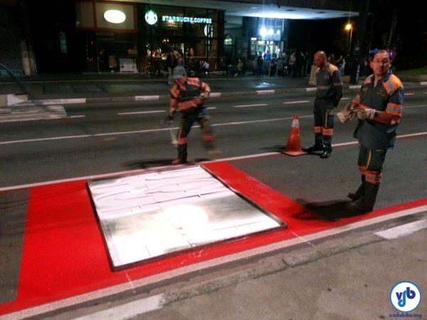 CET repintou a sinalização de solo da Ciclofaixa de Lazer, na Av. Paulista. Foto: Willian Cruz/VdB