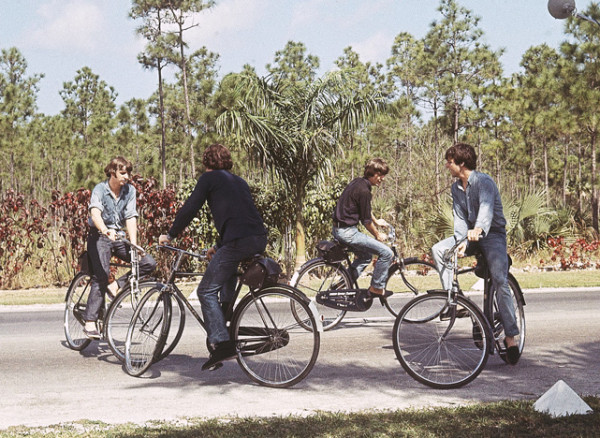 Outra foto do set de Help. Via cyclingcelebrities.tumblr.com