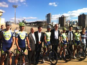 O presidente da CBC (no centro da foto, à esq. do atleta de óculos) e o Ministro dos Esportes (à direita do mesmo atleta), junto à seleção brasileira de ciclismo de pista. Foto: Divulgação