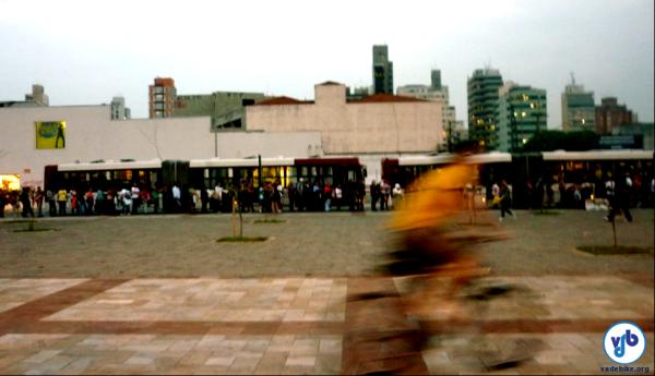 Fila de embarque no Largo da Batata: mesmo com pontos finais de várias linhas e estação de Metrô, Prefeitura decidiu não construir o bicicletário previsto. Foto: Rachel Schein