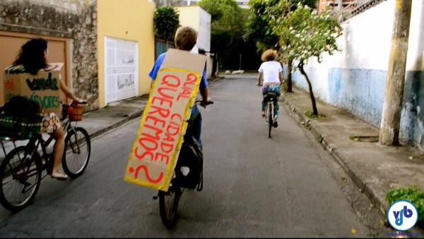 Muitos dos cartazes foram levados de bicicleta. Foto: Rachel Schein