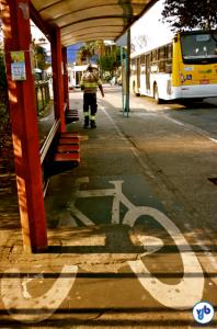 """Pontos de ônibus ficaram oito anos sobre a ciclovia, como """"solução temporária"""". Vergonha para a cidade. Foto: Rachel Schein"""