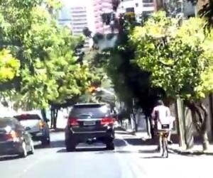 Logo após a pintura, motoristas já respeitavam a ciclofaixa. Esse cidadão pedalava nela a trabalho. Imagem: Igor Barroso/Reprodução