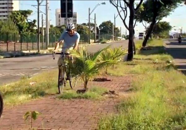 Em péssimo estado de manutenção, ciclovias atuais não seguem nenhum padrão ou norma, muitas vezes fugindo até mesmo ao bom senso. Imagem: TV Verdes Mares/Reprodução
