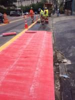 A camada resultante tem espessura maior que uma pintura comum, demorando mais para desgastar e cobrindo pequenas imperfeições do asfalto abaixo. Foto: Josias Lech
