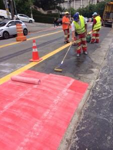 """O asfalto é preparado para receber as """"folhas"""" de tinta. Foto: Josias Lech"""