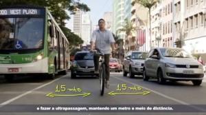 Desenhando para tornar claro: para respeitar a distância de 1,5m o motorista deve mudar de faixa. Imagem: PMSP/Reprodução