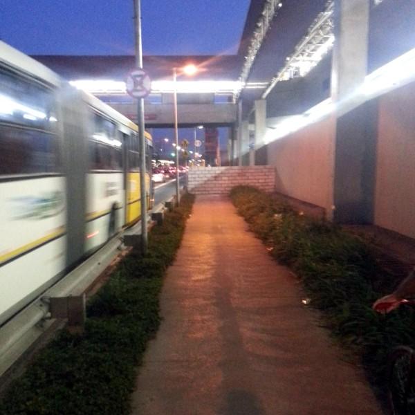Por onde o ciclista passa? Ali, ó, onde esse ônibus está passando bem rápido... Foto: Eli Aguero