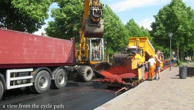 Detalhe da pavimentação de uma ciclofaixa na Holanda: o asfalto já vem vermelho. Imagem: Bycicle Dutch/Reprodução