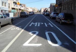 Em bairros residenciais, a valocidade deve ser ainda menor. Repare na ciclofaixa, apesar da velocidade baixa. Imagem: Janette-Sadik-Khan/Reprodução