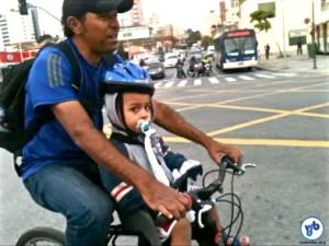 """Adalberto Costa com seu filho de 2 anos: """"se não tivesse [a ciclovia], eu teria que pagar condução"""". Foto: Rachel Schein"""
