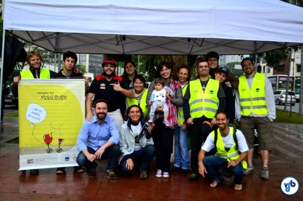 Equipe de voluntários que forneceram café da manhã para os ciclistas na ciclovia da Av. Faria Lima. Foto: Rachel Schein