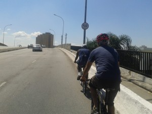Milhares de ciclistas cruzam as pontes paulistanas diariamente, pois precisam se deslocar pela cidade. Não há alternativa segura, nem medidas para criar condições de segurança. Foto: Ciclo ZN