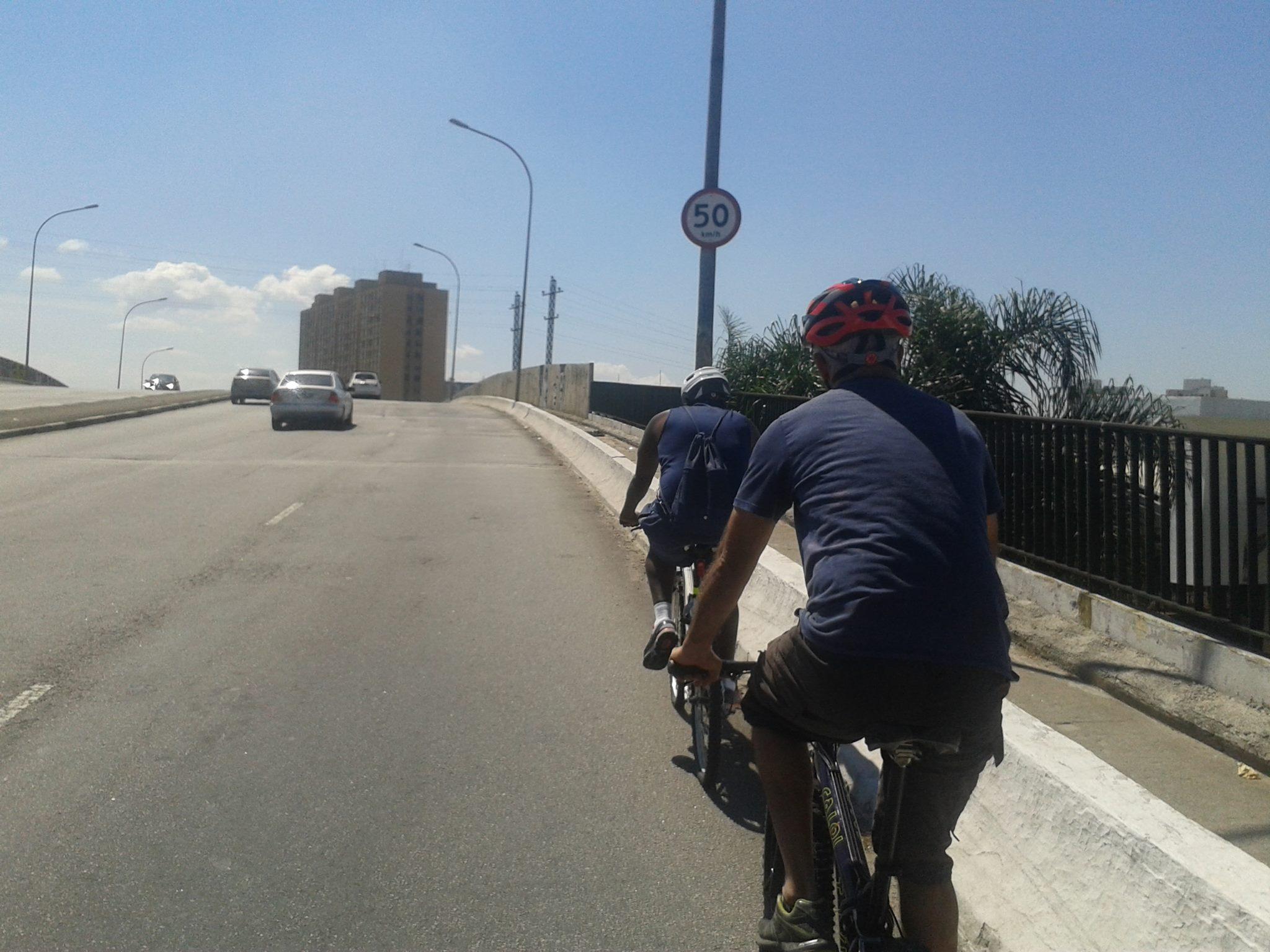 Milhares de ciclistas precisam cruzar as pontes paulistanas diariamente. Foto: Ciclo ZN