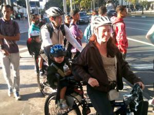 A ciclovia tornou mais seguro o transporte de crianças em cadeirinhas. É o caso dessa família, que se desloca pedalando. Foto: Ciclocidade/Divulgação