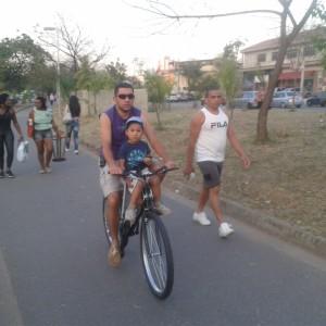 O milésimo ciclista passou na parte da tarde, levando uma criança na bicicleta. Foto: Roberson Miguel