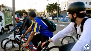 Muitos ciclistas utilizam a Av. Eliseu de Almeida diariamente, sendo colocados em risco pelo viário agressivo e por motoristas irresponsáveis. Foto: Rachel Schein