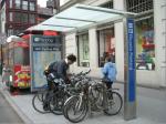 Estacionamento para bicicletas em Nova York. Imagem: Janette-Sadik-Khan/Reprodução
