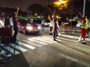 A faixa de pedestres começou a ser utilizada imediatamente por cidadãos que precisam atravessar no local. A primeira pessoa a utilizar foi essa senhora. Foto: Silvia Ballan