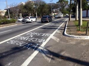 Uma mensagem de protesto também foi deixada na faixa de ônibus da Ponte das Bandeiras. Foto: Thiago Ciclista Urbante