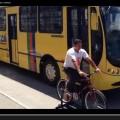Motoristas de onibus sentem na pele o que e levar fina numa bicicleta