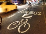 Faixa de ônibus da Ponte das Bandeiras foi sinalizada para indicar a presença também de bicicletas. Foto: Silvia Ballan