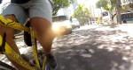 Mesmo com duas faixas para ultrapassagem, van escolar ameaça ciclista em Vitória. Consequência da campanha equivocada da Prefeitura? Imagem: Reprodução