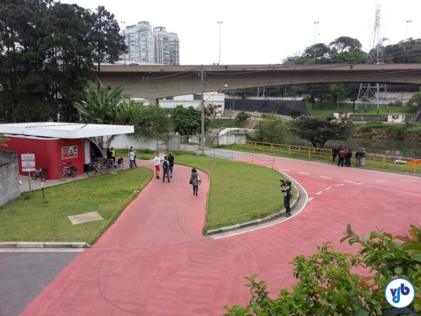 Ciclistas se reuniram com representantes do Metrô, CPTM e Consórcio Monotrilho para avaliar maneiras de utilizar a margem oposta do rio. Foto: Willian Cruz